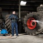 Nilfisk-Alto Poseidon bei der Reinigung von Reifen in der Agrartechnik
